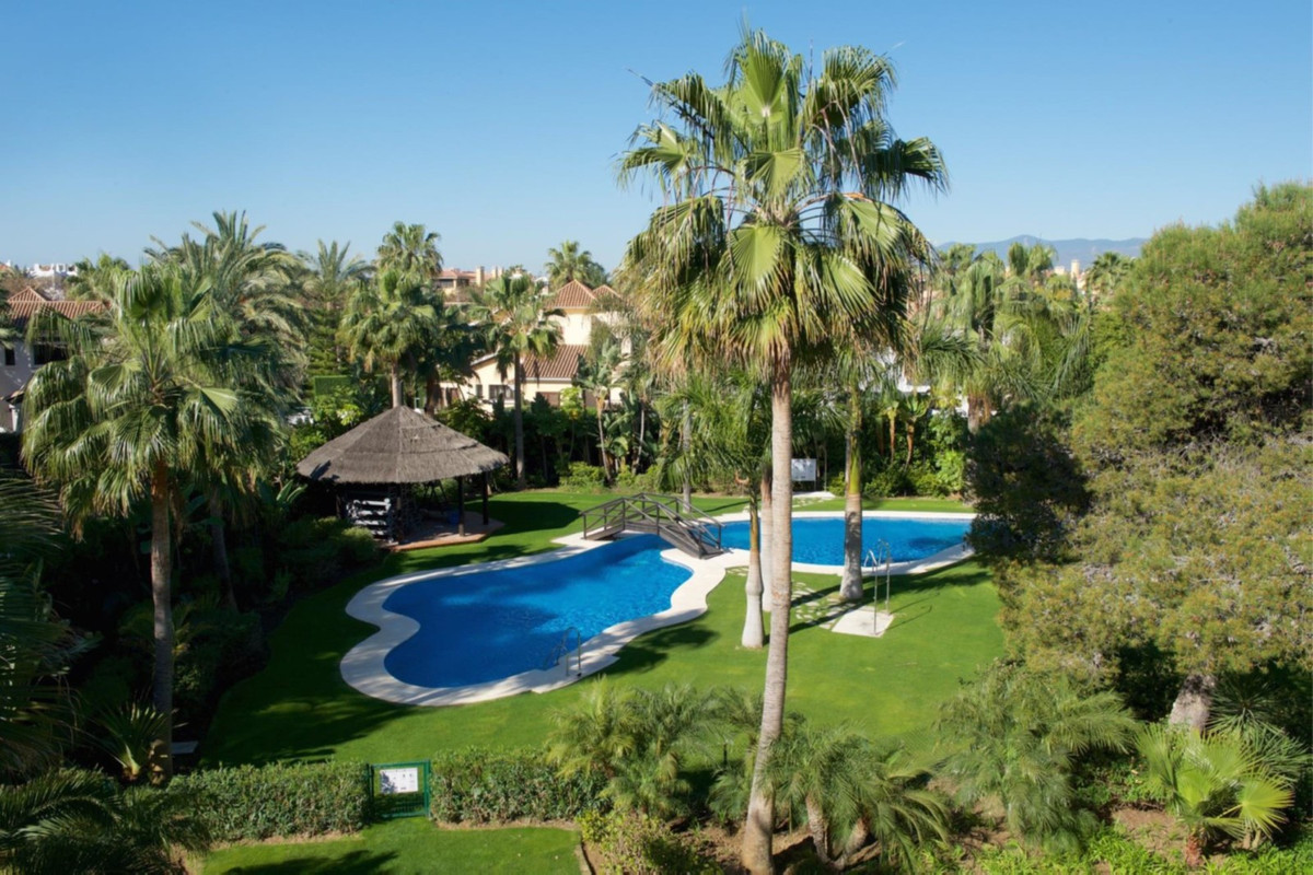 A very special, large contemporarypenthouselocated in the prestigious development of Las Mimosas d,Spain