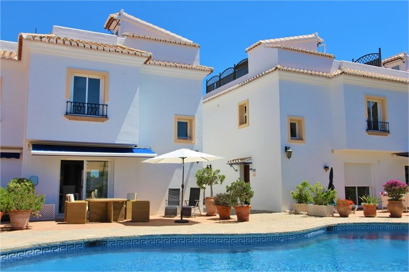 Spacious semi detached house located only 2 minutes drive from La Cala de Mijas. This airy property ,Spain