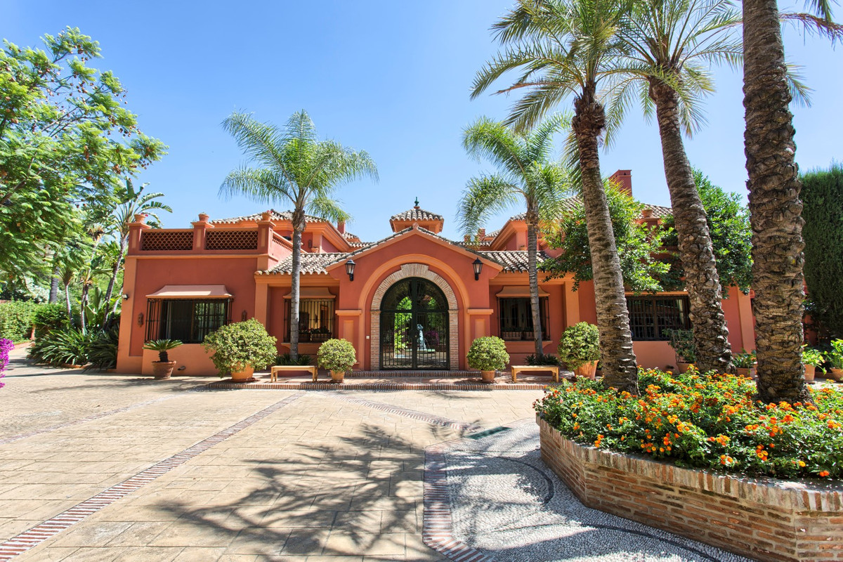 Main Photo of a 5 bedroom Property For Sale