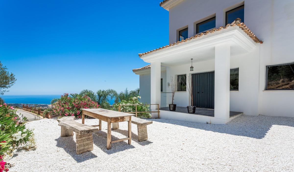 Detached Villa for sale in Altos de los Monteros R3710690