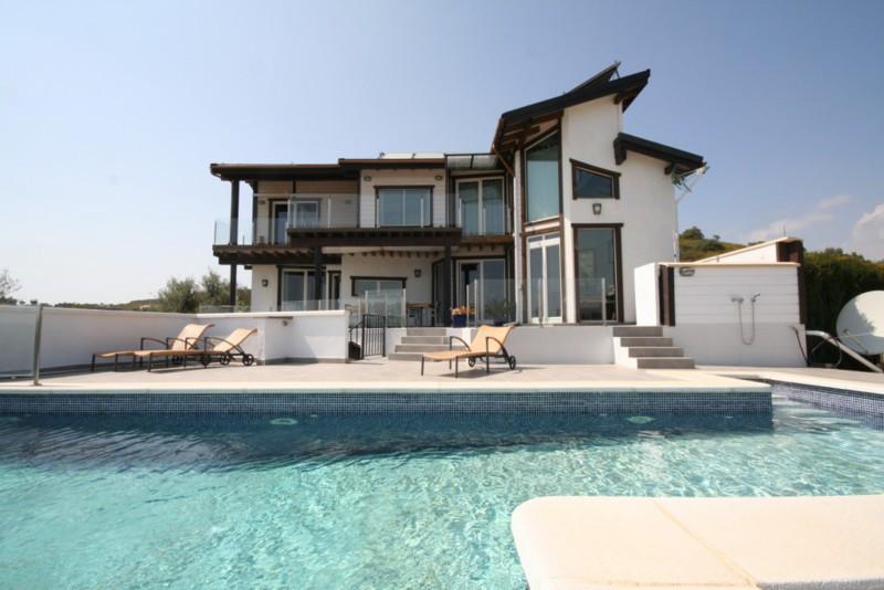 Detached Villa in Cerros del Aguila R2147377