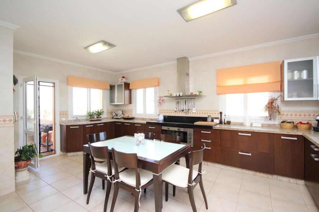 House in Artola R2771282 4