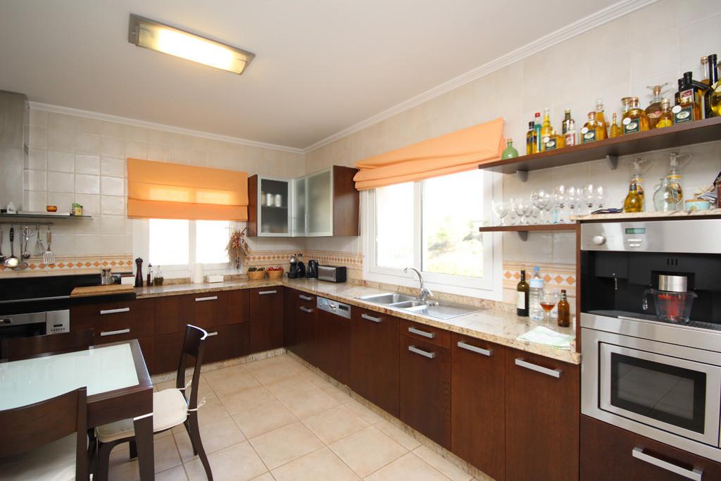 House in Artola R2771282 6