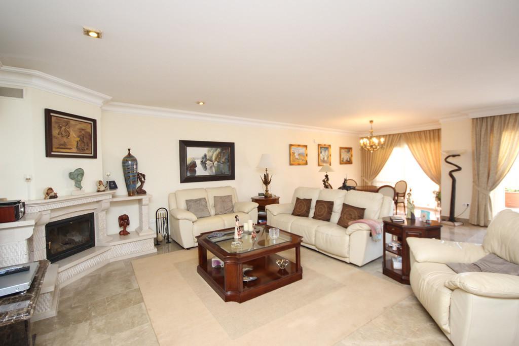 House in Artola R2771282 7
