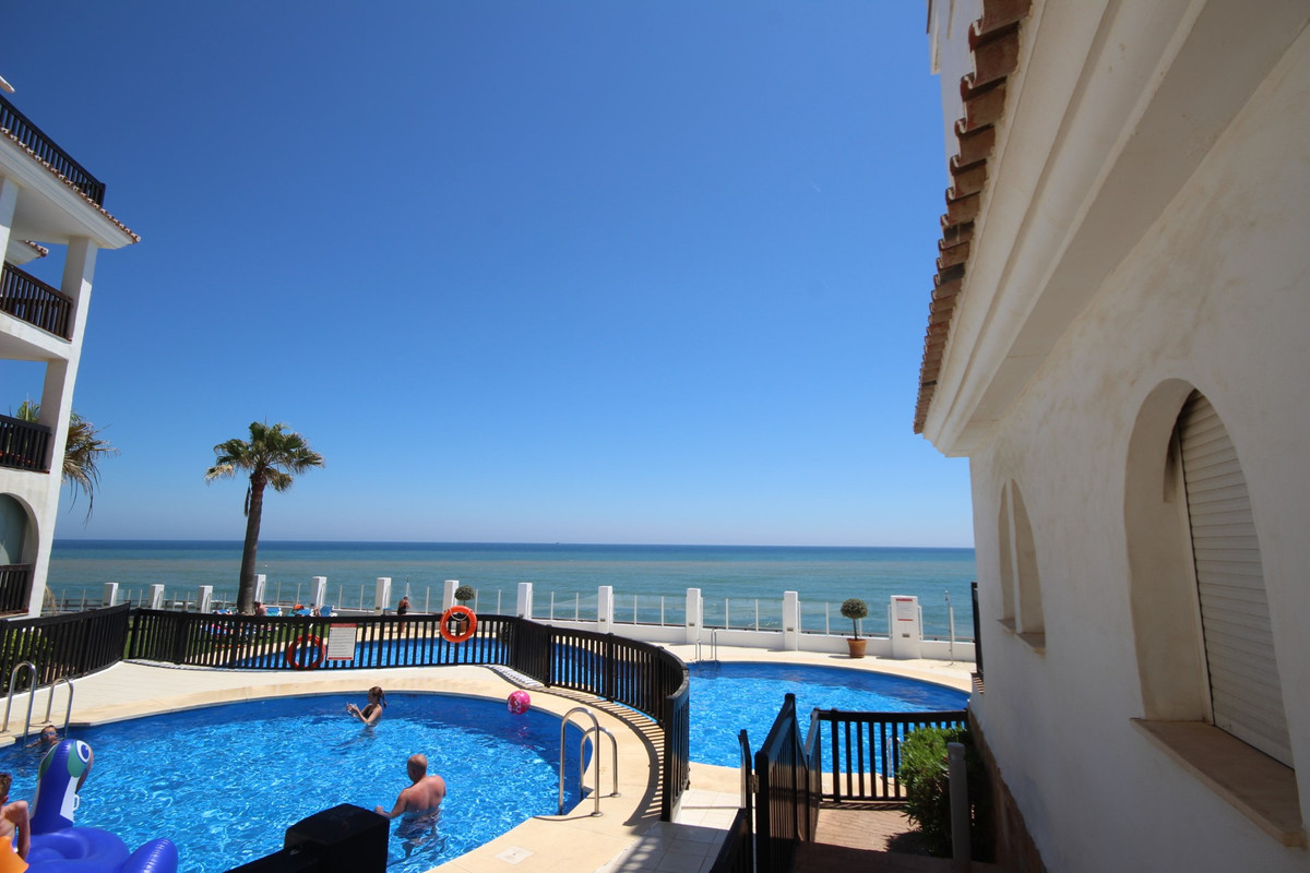 Lovely apartment, front line beach with splendid views of the beach, available from September to Jun,Spain