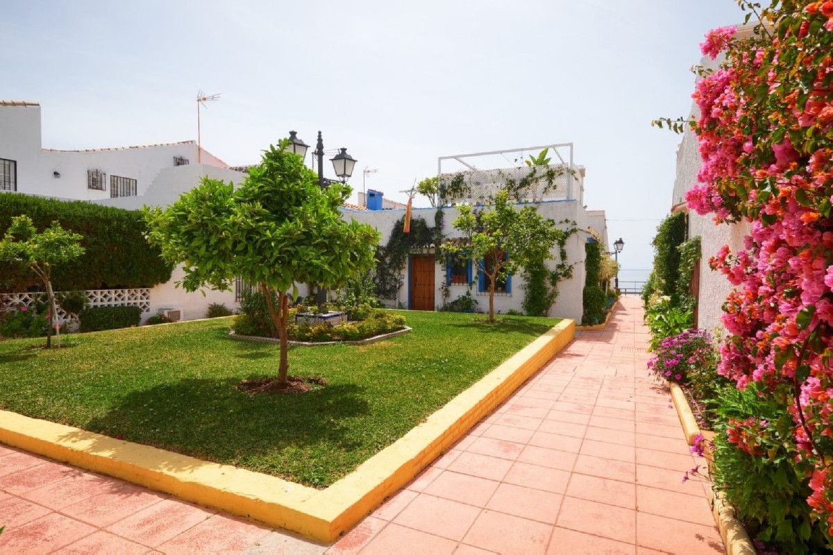 Magnificent townhouse just 25 meters from the beach. In a beautiful complex located between Estepona,Spain