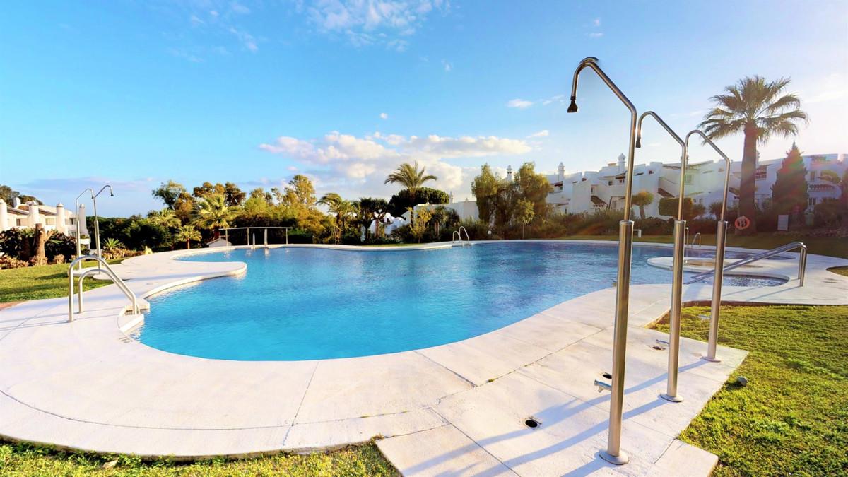 Middle Floor Apartment, Calahonda, Costa del Sol. 2 Bedrooms, 2 Bathrooms, Built 79 m².  Setting : C,Spain