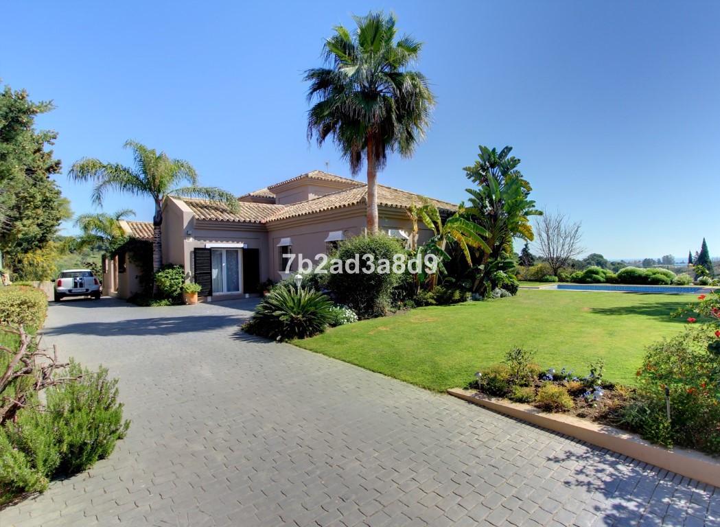 We are delighted to present this spectacular luxury Villa in El Paraiso Estepona. The villa is set o,Spain