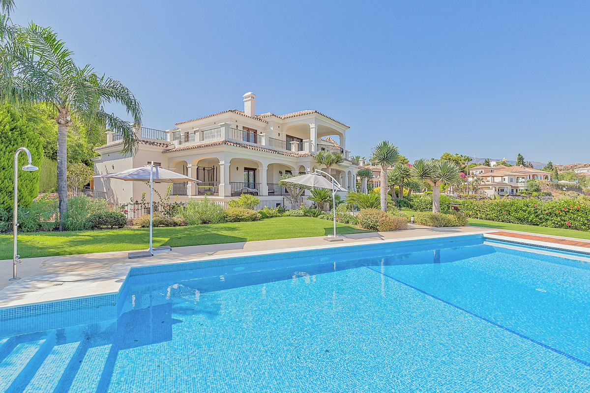 Possibly the best villa in El Paraiso, whose enclave is an elevated area with spectacular panoramic ,Spain