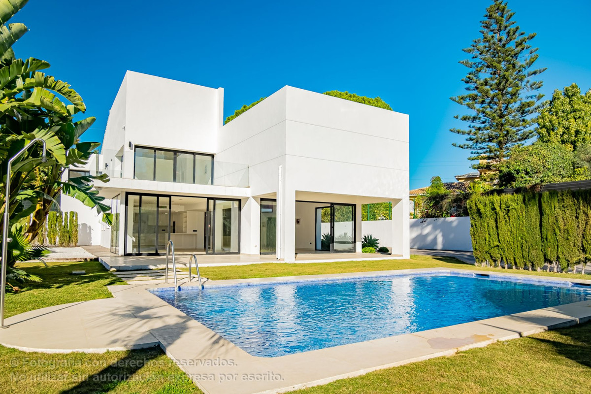 EXCLUSIVE PROPERTY. Independent villa with modern design in San Pedro - Marbella, 10 minutes walk fr,Spain