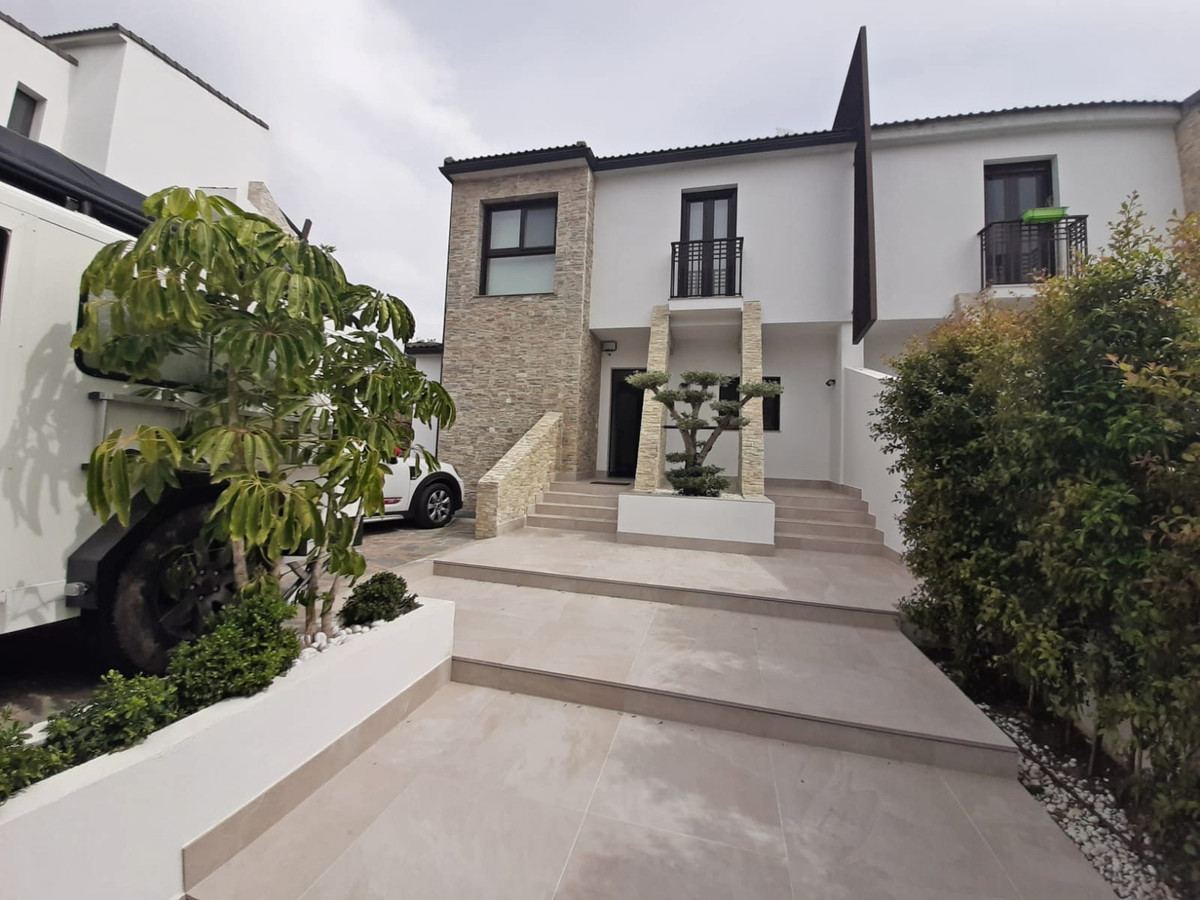 Opportunity magnificent house of good quality and finish of an area of 337 m2 and 7 rooms for € 450,,Spain
