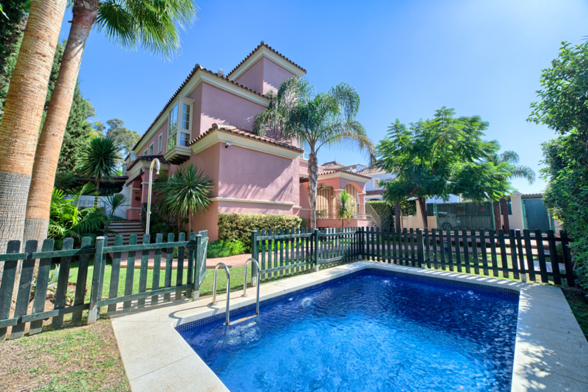 Villa for sale in Puerto Banús