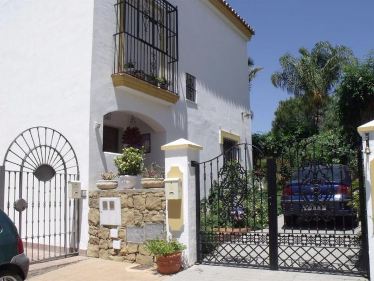 Semi detached house with 4 bedrooms, semi-basement, and private garden. Corner semi detached house, ,Spain