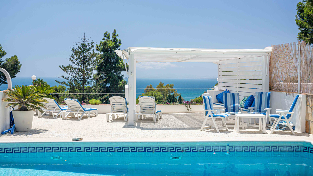 Wonderful family villa overlooking the Bahia of Malaga. This fantastic family villa is located in El,Spain