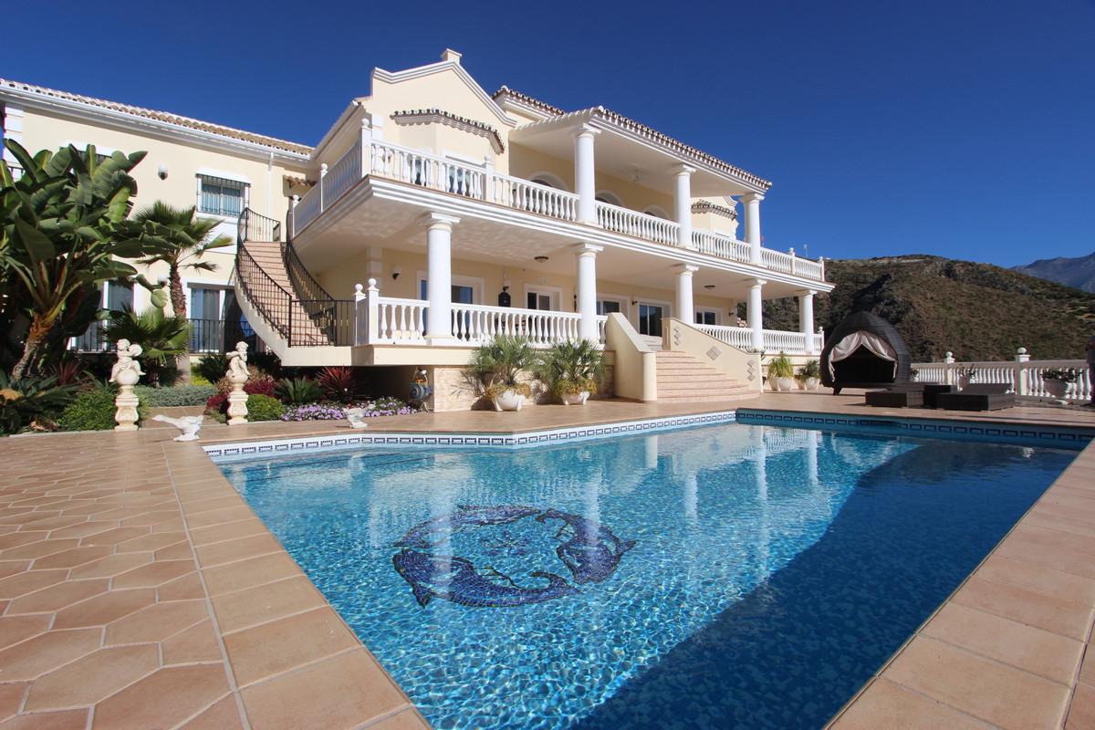 Detached Villa, La Quinta, Costa del Sol. 4 Bedrooms, 4 Bathrooms, Built 500 m², Terrace 200 m², Gar,Spain