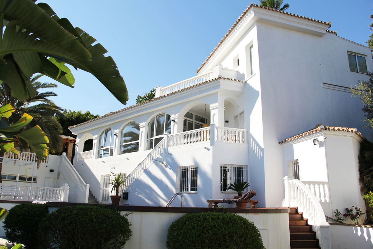 *** Modern with the Andalusian Charm *** Walking Distance to the Golf Club & Amenities *** 5 Bed,Spain