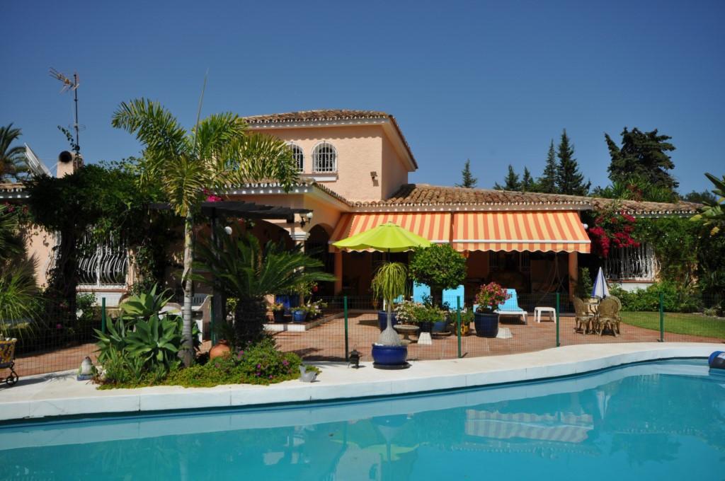 Fritliggende Villa i El Paraiso R2946488