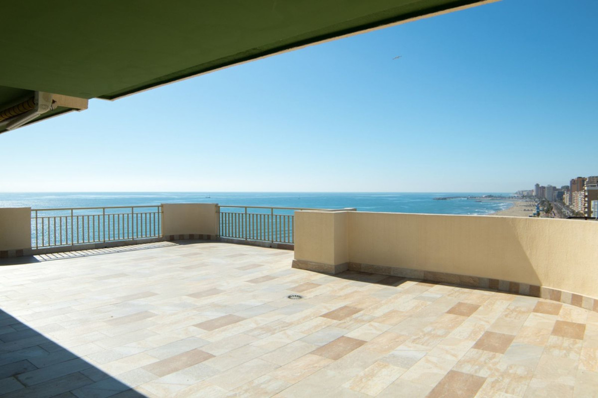 A rare opportunity to own a fantastic 5-bed apartment superbly located on the first-line beach of Fu,Spain