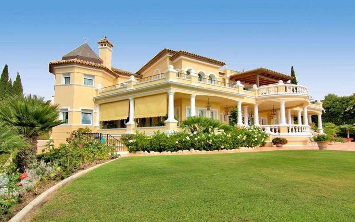 Classic villa in El Paraiso Alto, just few minutes from the beach. The villas has three-storey',Spain