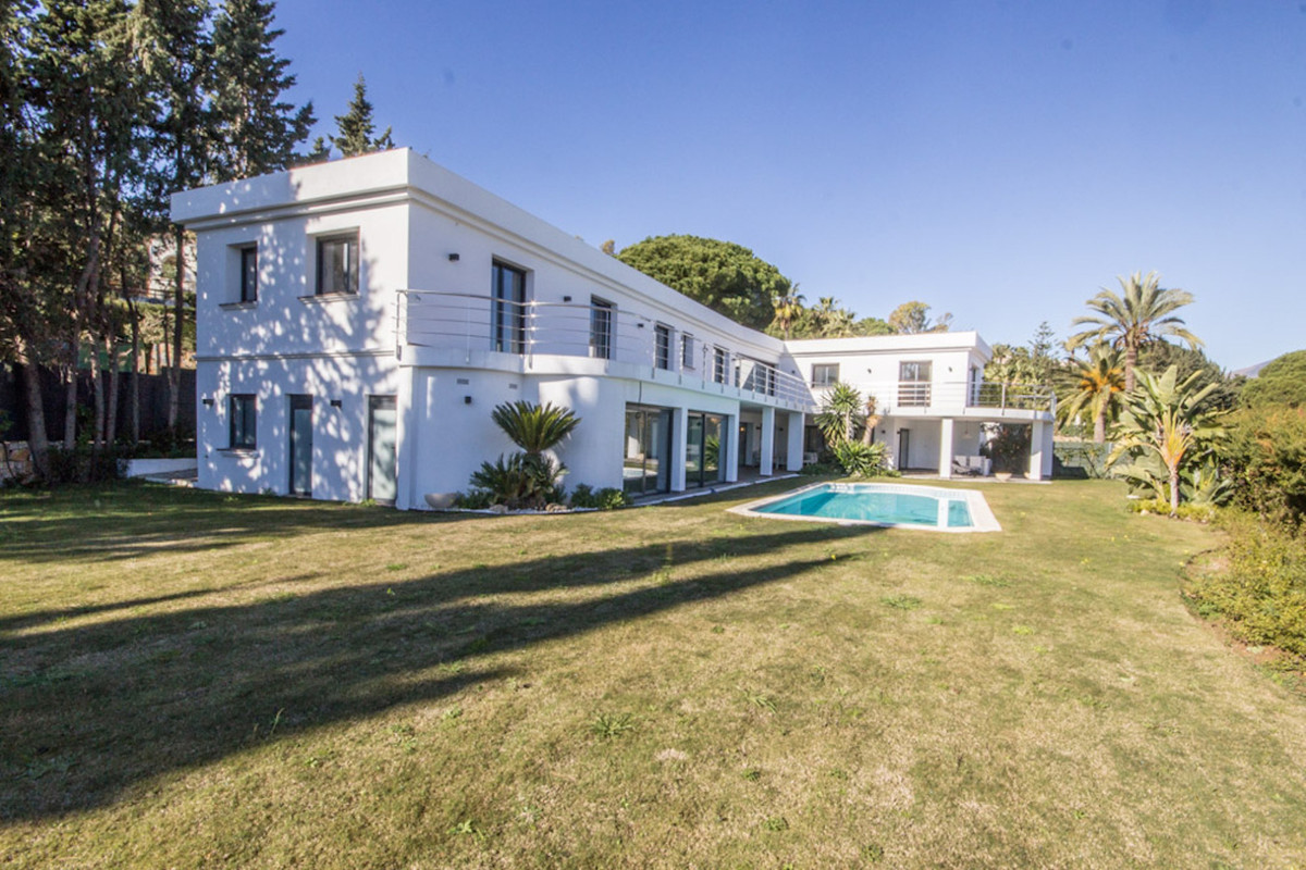 High end, modern 6 + 2 bedroom Villa in the heart of Nueva Andalucia with panoramic views towards la,Spain