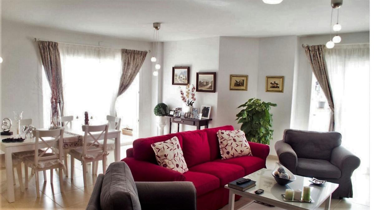 Middle Floor Apartment, Nueva Andalucia, Costa del Sol. 4 Bedrooms, 2 Bathrooms, Built 150 m², Terra,Spain