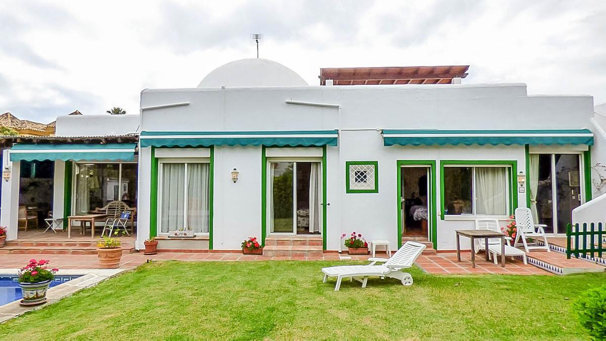 Detached Villa, Marbella, Costa del Sol. 3 Bedrooms, 5 Bathrooms, Built 305 m², Terrace 30 m², Garde,Spain