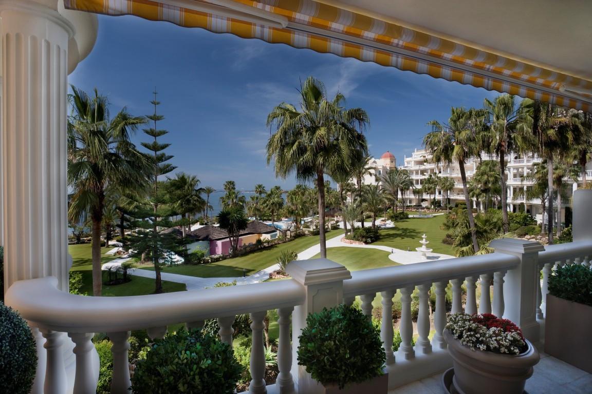Spectacular Front Line Beach apartment in luxurious urbanization East of San Pedro Alcantara LAS DUN,Spain