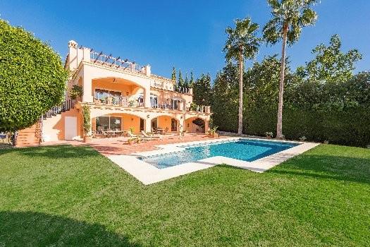 Superb South facing villa, frontline golf Los Naranjos. Entrance floor: one bedroom ensuite, WC, din,Spain
