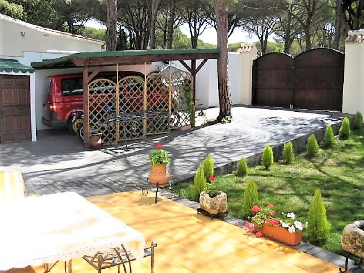 FANTASTIC FAMILIAR VILLA  Cozy villa with 5 bedrooms and 3 bathrooms, with garden, pool and parking,,Spain