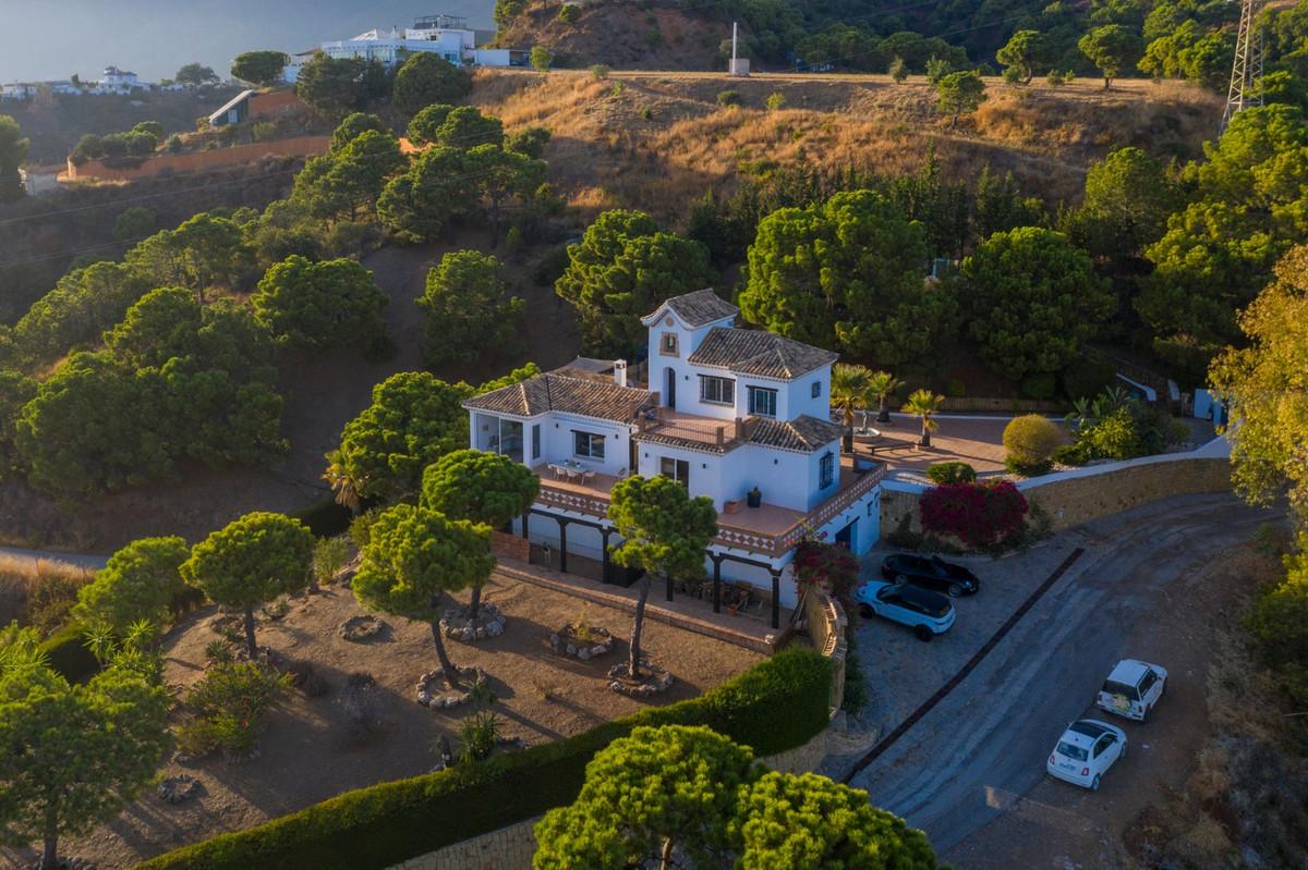 Villa - Detached, Estepona, Costa del Sol. 3 Bedrooms, 3 Bathrooms, Built 320 sqm, Terrace 420 sqm, ,Spain