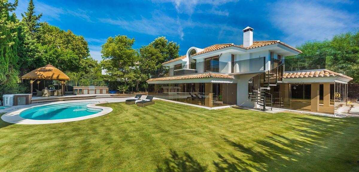 Detached Villa, Nueva Andalucia, Costa del Sol. 4 Bedrooms, 4 Bathrooms, Built 295 m², Terrace 200 m,Spain