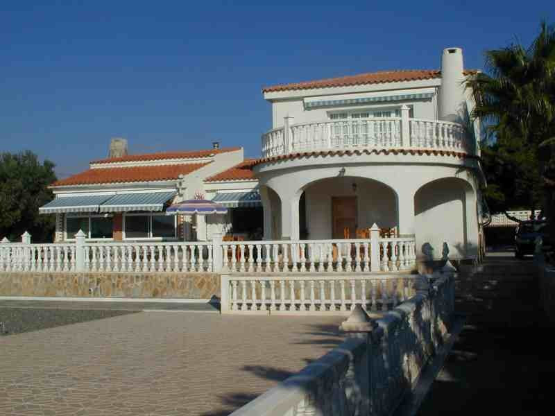 Private 3 bedroom villa with an indoor swimming pool close to Alicante.  Impressive corner plot: 220,Spain