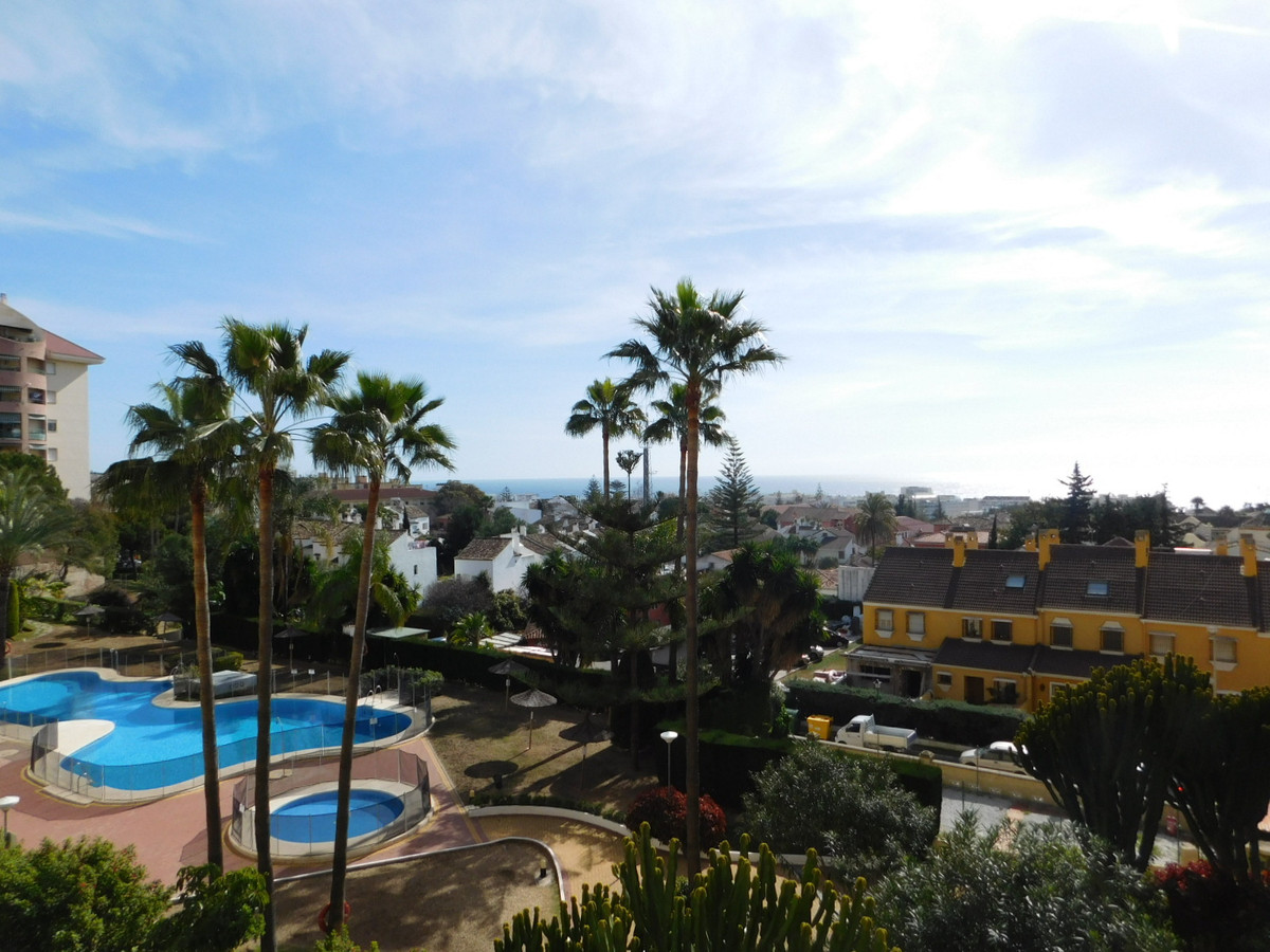 A 500 me de la playa y con numerosos comercios bares y restaurantes en la inmediaciones con paradasd,Spain
