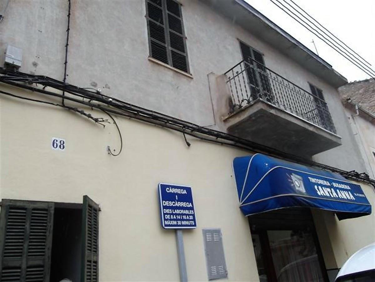 Muro  2 construcciones  mas terreno en la parte de enmedio da a dos calles ala calle  Juan Carlos  y,Spain
