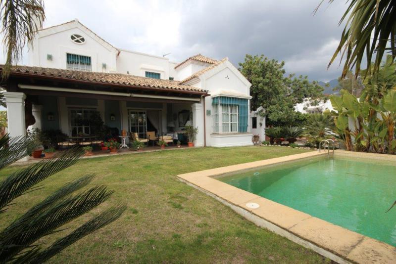 , Marbella, Costa del Sol. 5 Bedrooms, 5 Bathrooms, Built 475 m², Garden/Plot 827 m².  Setting : Tow,Spain