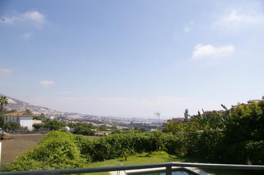 Oportunidad adosado en Benalmadena. Tiene 3 dormitorios, uno de ellos en buhardilla; 2 banos, suelos,Spain