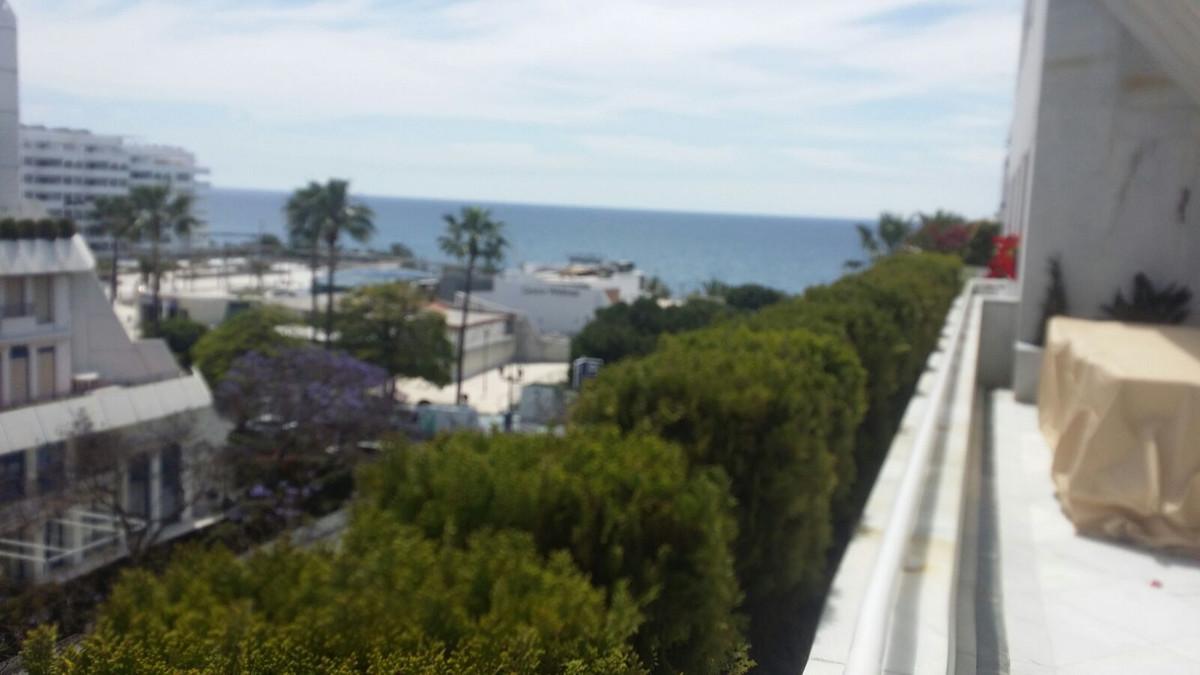 el Apartamento renovado con vistas al mar y esta ubicado en  corazon de Marbella  en 200 m hasta al ,Spain