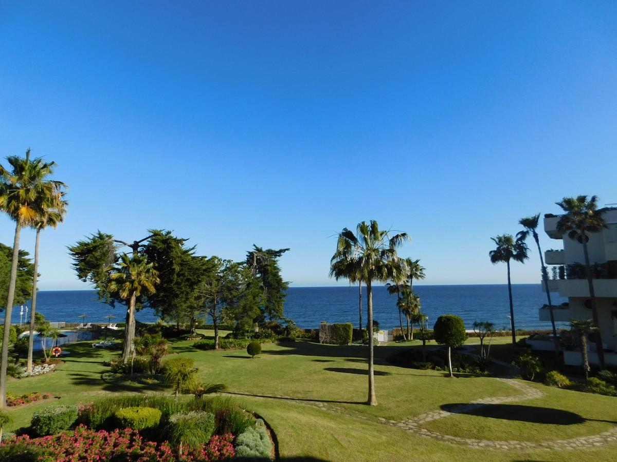 """Fantastic beachfront apartment situated in Nueva Milla de Oro, Los Granados Playa Urbanization,Spain"