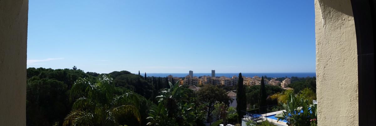 Fabulosa villa ubicada en Elviria,a menos de 10 min del centro de Marbella.  Planta baja con superfi,Spain