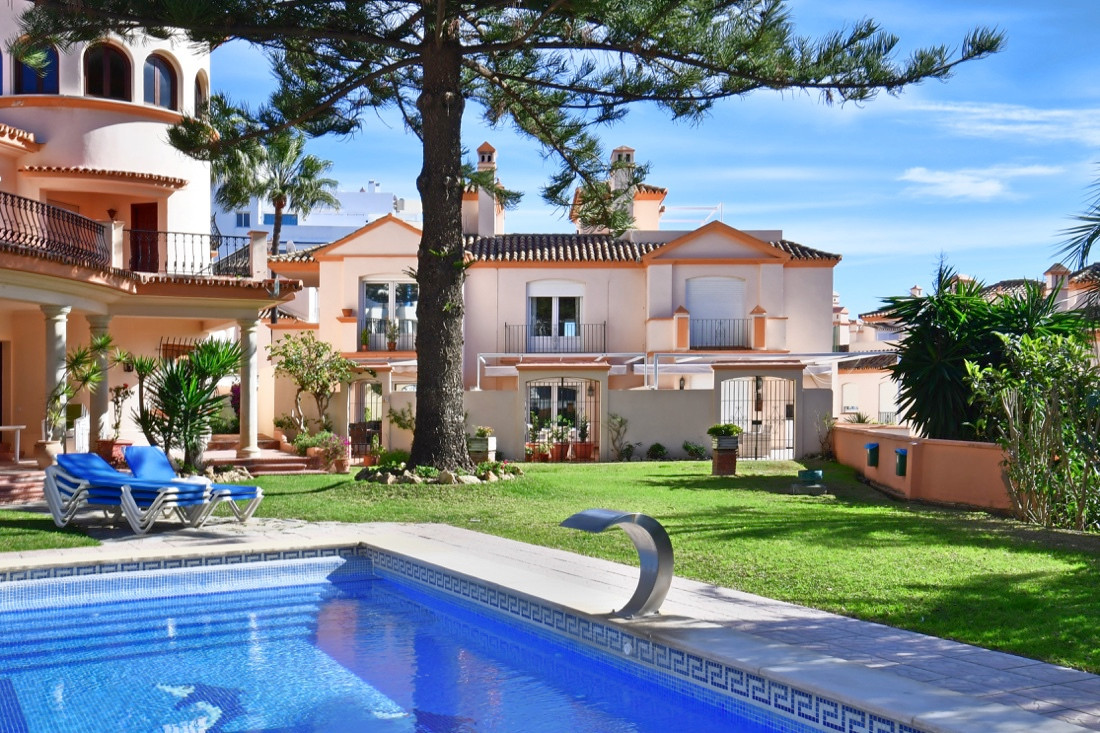 Townhouse, Estepona, Costa del Sol. 4 Bedrooms, 3 Bathrooms, Built 220 m², Terrace 50 m².  Setting :,Spain