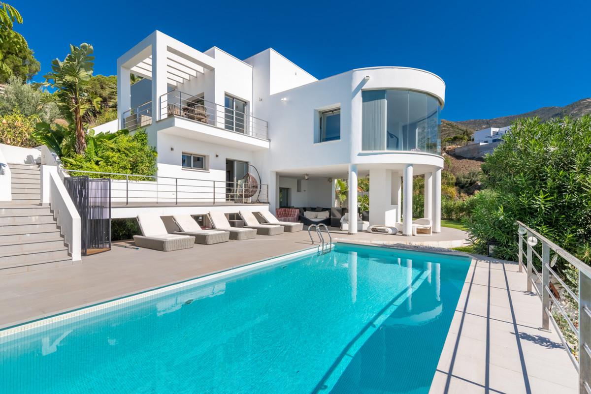 Detached Villa, Valtocado, Costa del Sol. 4 Bedrooms, 4 Bathrooms, Built 406 m², Terrace 84 m², Gard,Spain
