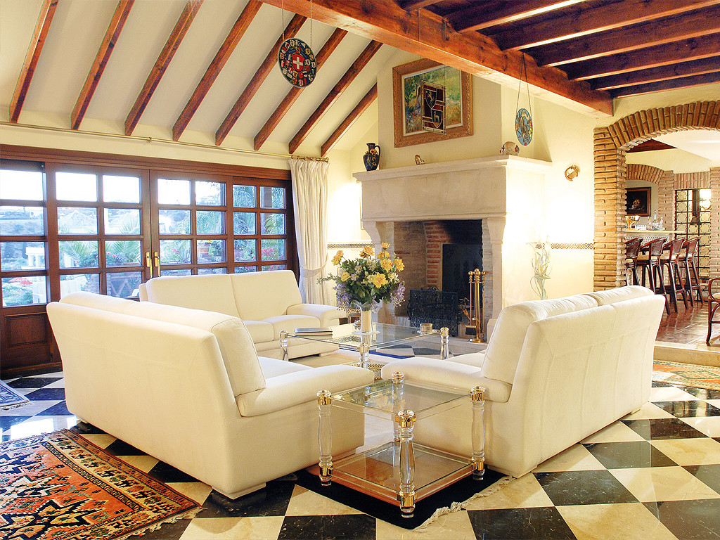 This large (590 m2 plus 96 m2 of terraces) rustic style luxury villa is located in El Paraiso Alto i,Spain