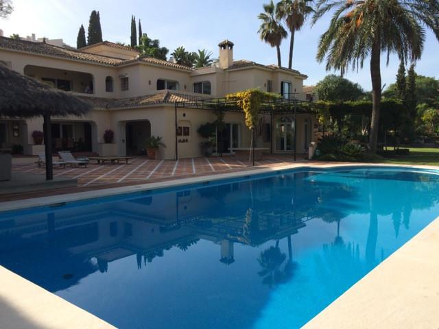 un mansion en la primera linea de golf y que unido de dos villas , cada una tiene parcela 3600m2 y  ,Spain