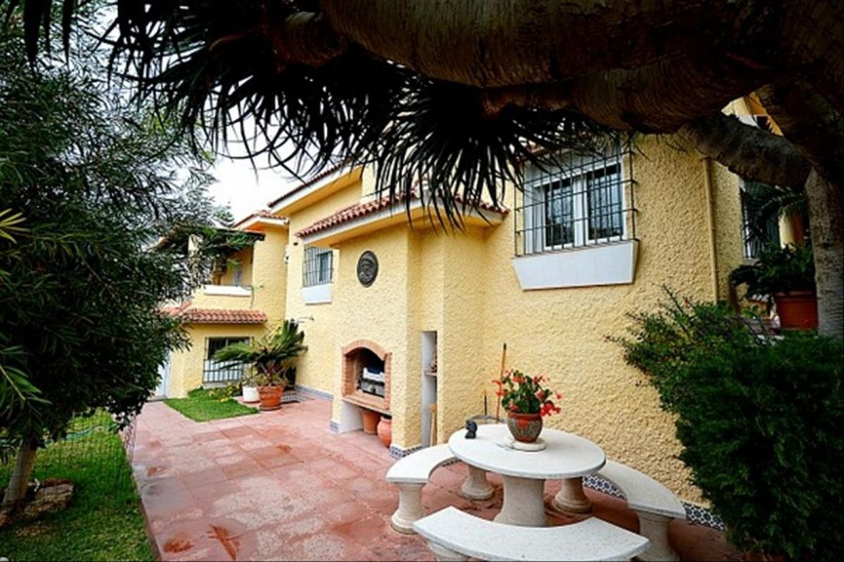 Traducir    Maravilloso Chalet en Monte Alto. 3 dormitorios, 3 banos cocina amueblada y equipada. Co,Spain