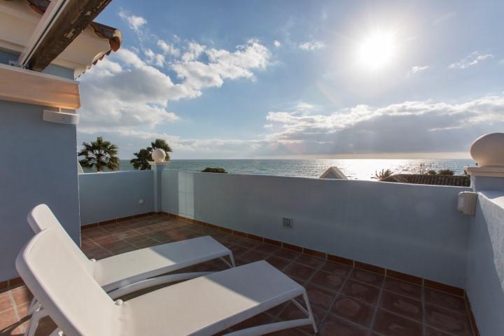 """Beautiful and quiet villa-villa with direct views to the sea, in San Pedro de Alcantara, 5 min,Spain"
