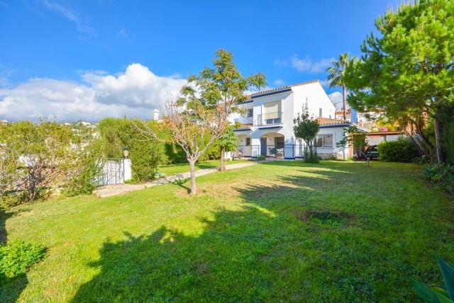 Beautiful corner villa in La Sierrizuela with large garden and 100% privacy..  It is distributed in ,Spain