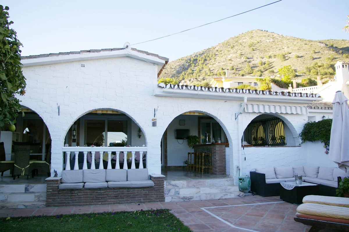 Gran villa de 300 m2 de parcela en zona exclusiva de Benalmadena. Esta totalemente reformada; distri,Spain