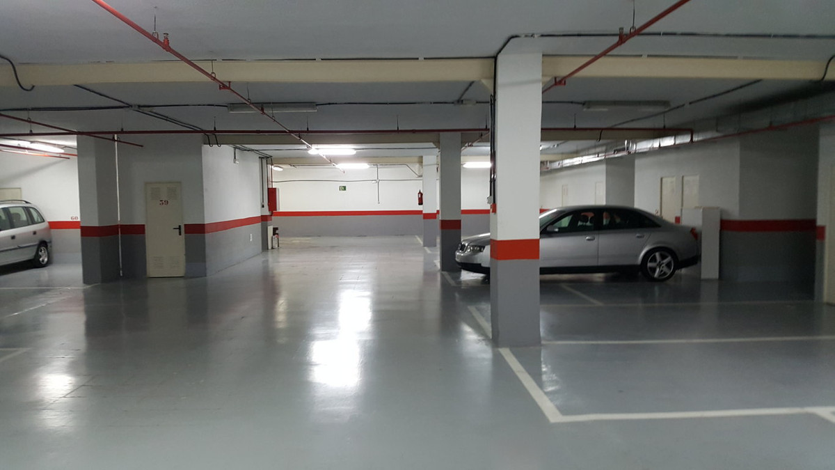 Garage de aproximadamente 6m2 y trastero de 10m2. Situada en el centro de Marbella en Ricardo Sorian,Spain