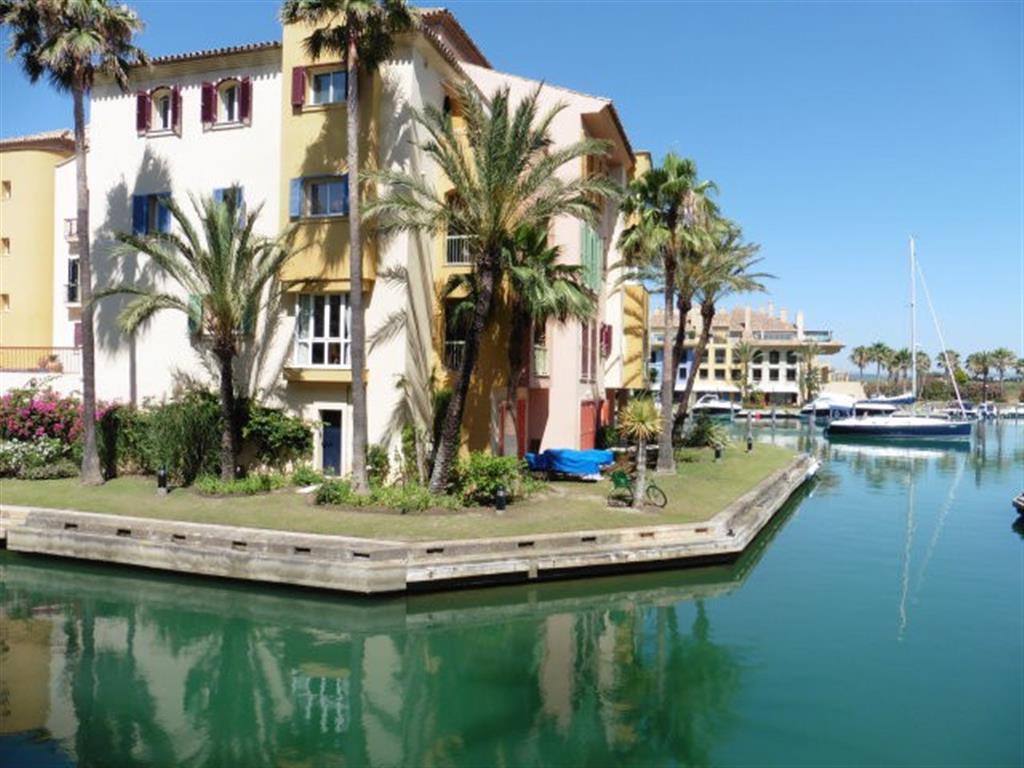Tienen tambien un atraque disponible justo delante de 12m x 4.50 Penthouse, Sotogrande Puerto, Costa,Spain
