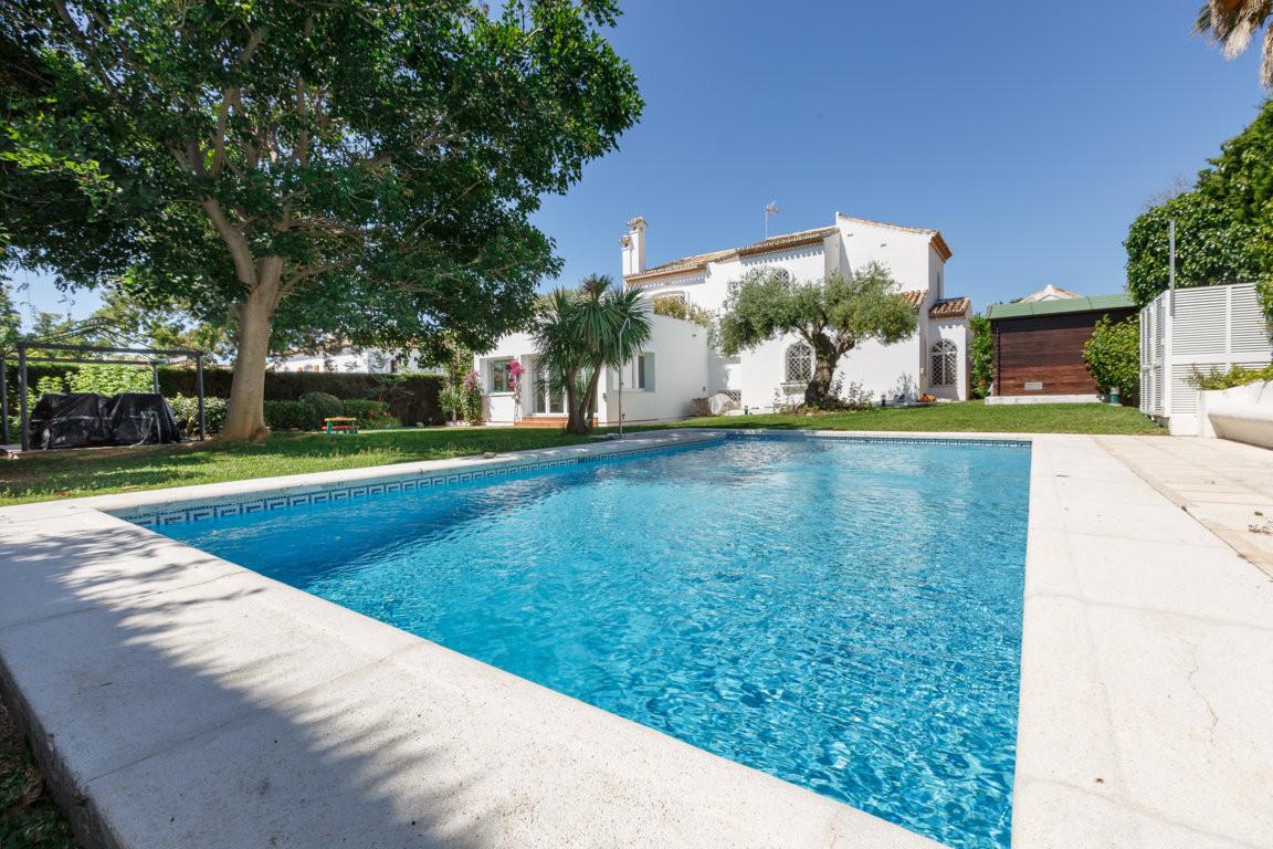 Chalet construido en primeras calidades en un conocida urbanizacion de Marbella habitada todo el ano,Spain